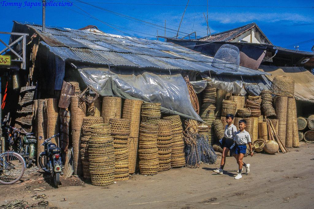Tiệm giỏ gỗ chợ Mỹ Tho năm 1969   Photo by Lance Cromwell