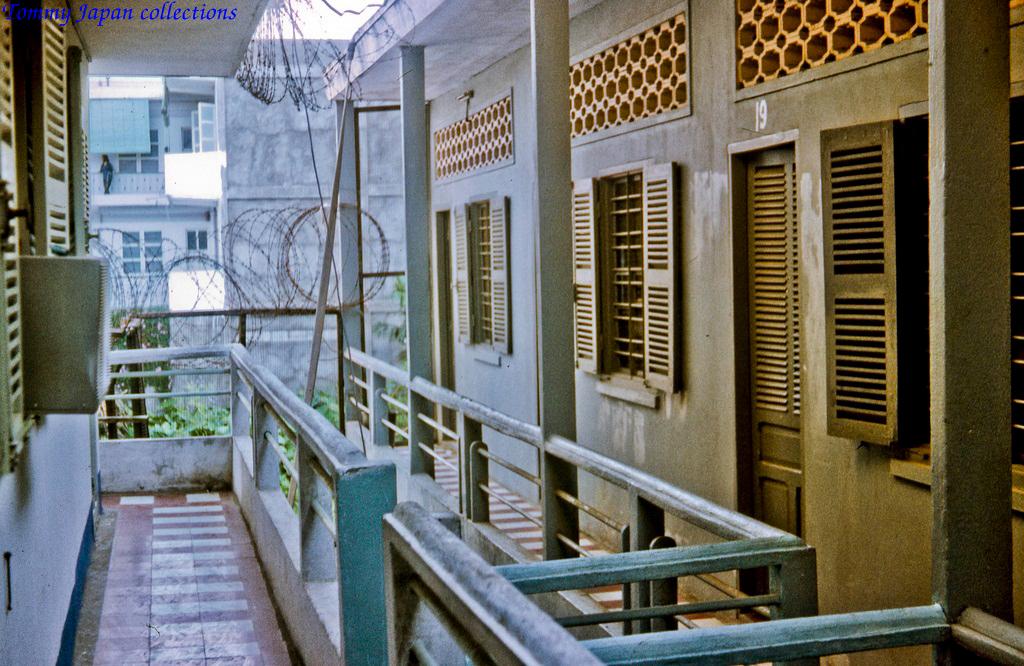 Nhiều phòng khác nhau ở bên trong Tòa nhà đại sứ quán Mỹ Tho tháng 12 năm 1968   Photo by Lance Cromwell
