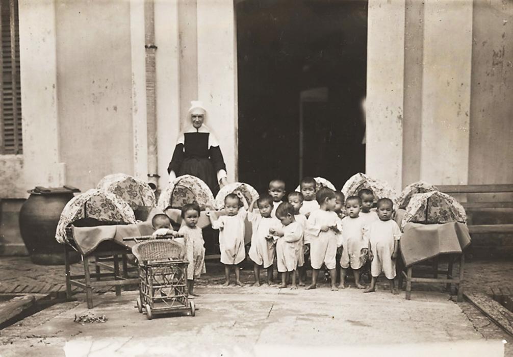 Trẻ mồ côi và trẻ sơ sinh tại nhà Tế Bần Cù Lao Giêng