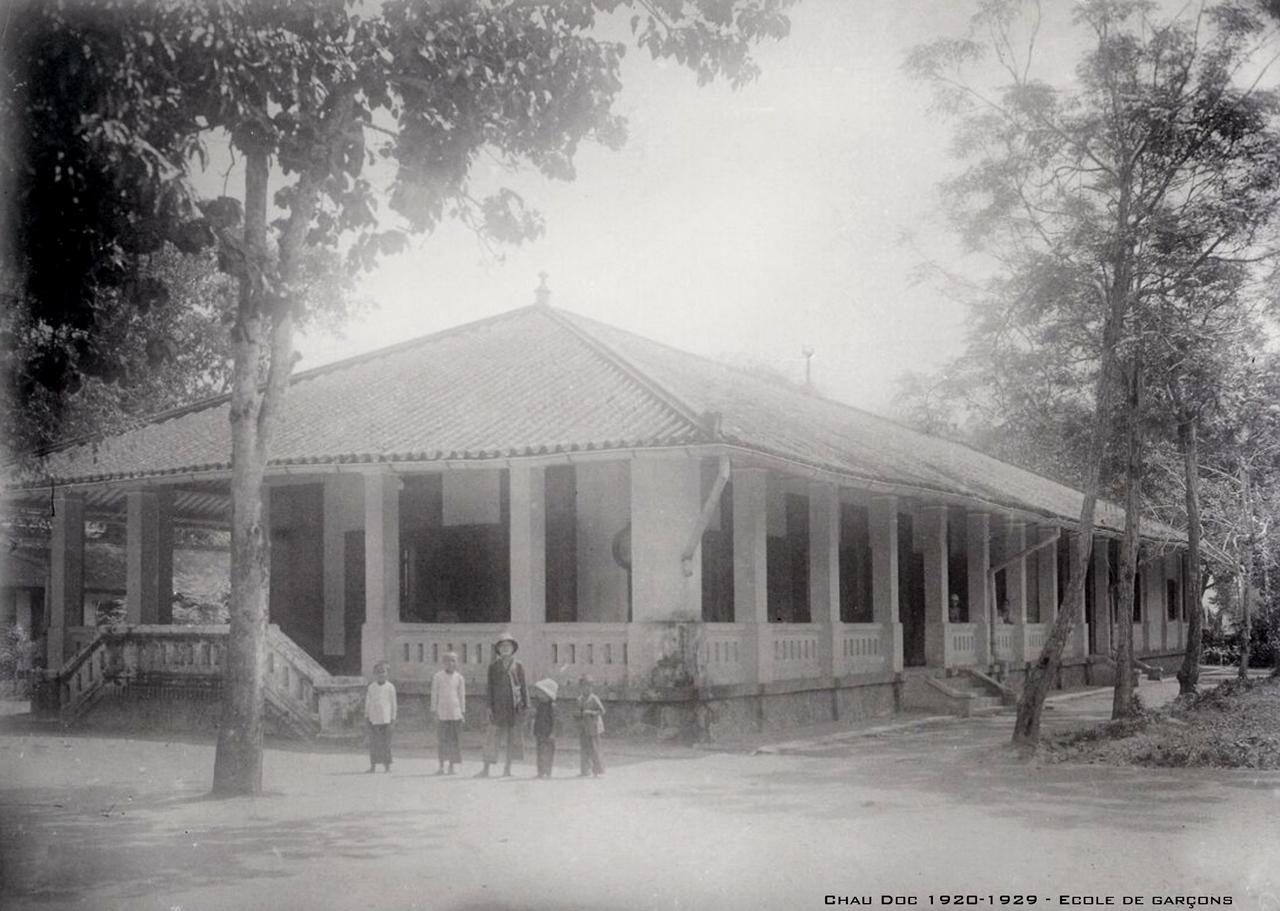 Trường tiểu học nam Châu Đốc xưa thập niên 1920s