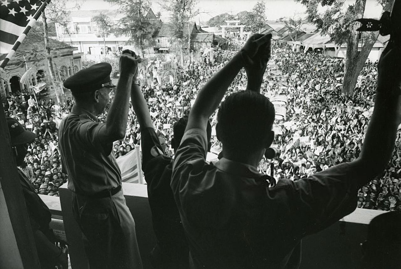 Tướng Robert S chào mừng người dân