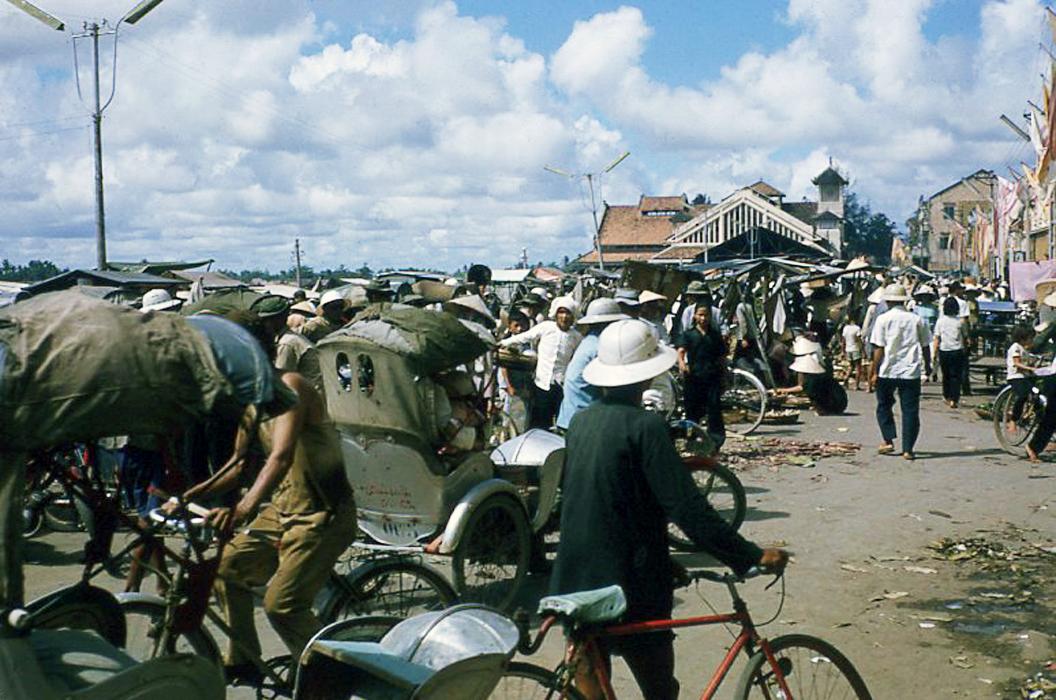 Chợ ở bến Ninh Kiều năm 1966 - 1977 ở Cần Thơ | Photo by Waynecam