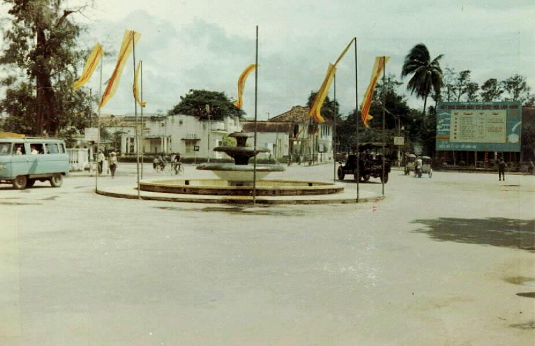 Vòng xoay ở Cần Thơ năm 1966 (Hiện nay nằm nối giao lộ 30/4 và đoạn đường Nguyễn Trãi | Photo by Jerry Johnson