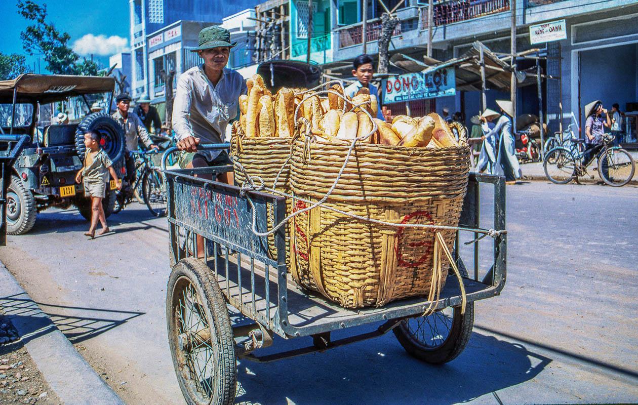 Xe chở bánh mì di chuyển dọc dãy phố chợ Mỹ Tho