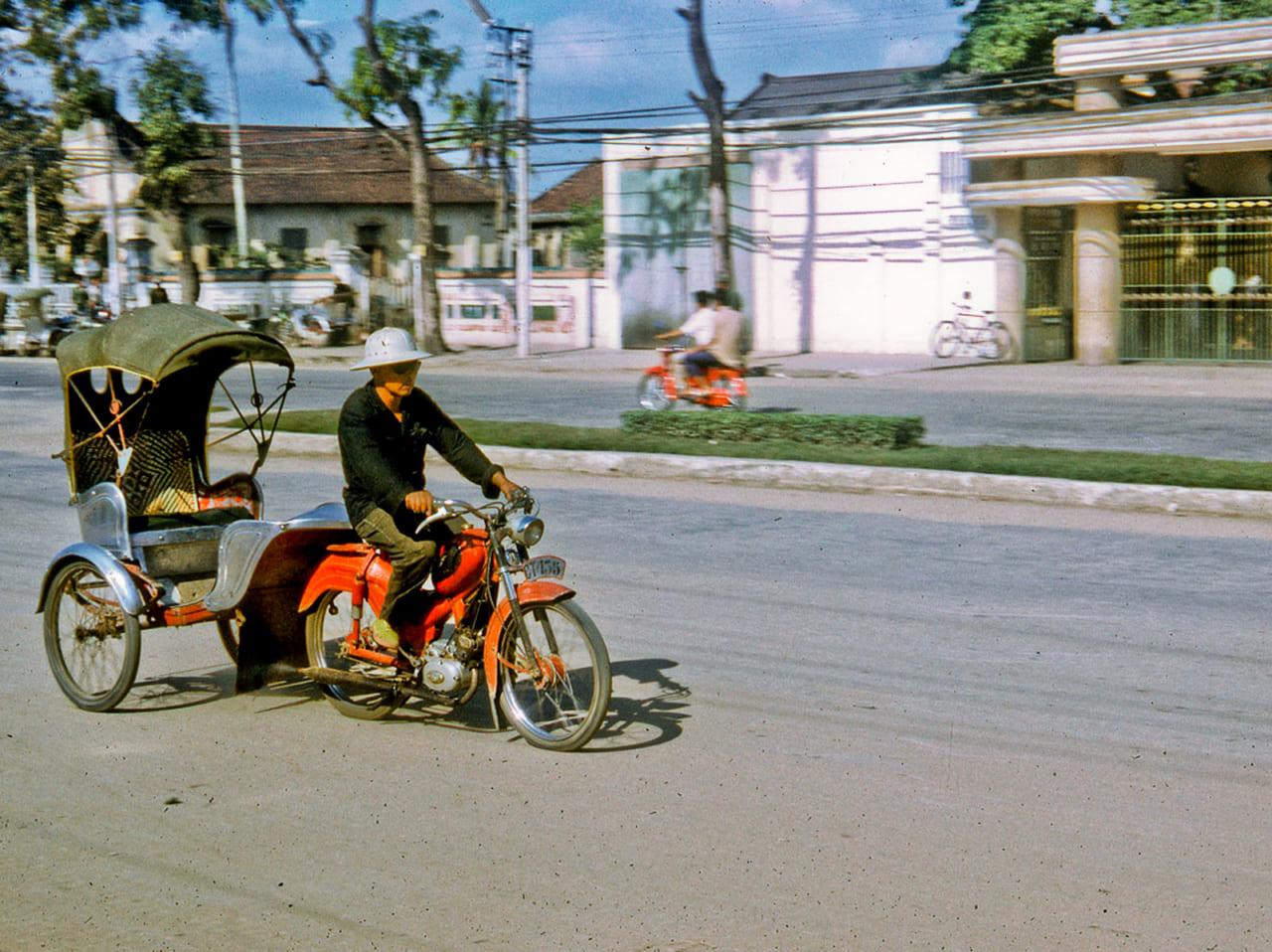 Xe lôi ngày xưa di chuyển trên 1 đại lộ ở Cần Thơ năm 1968