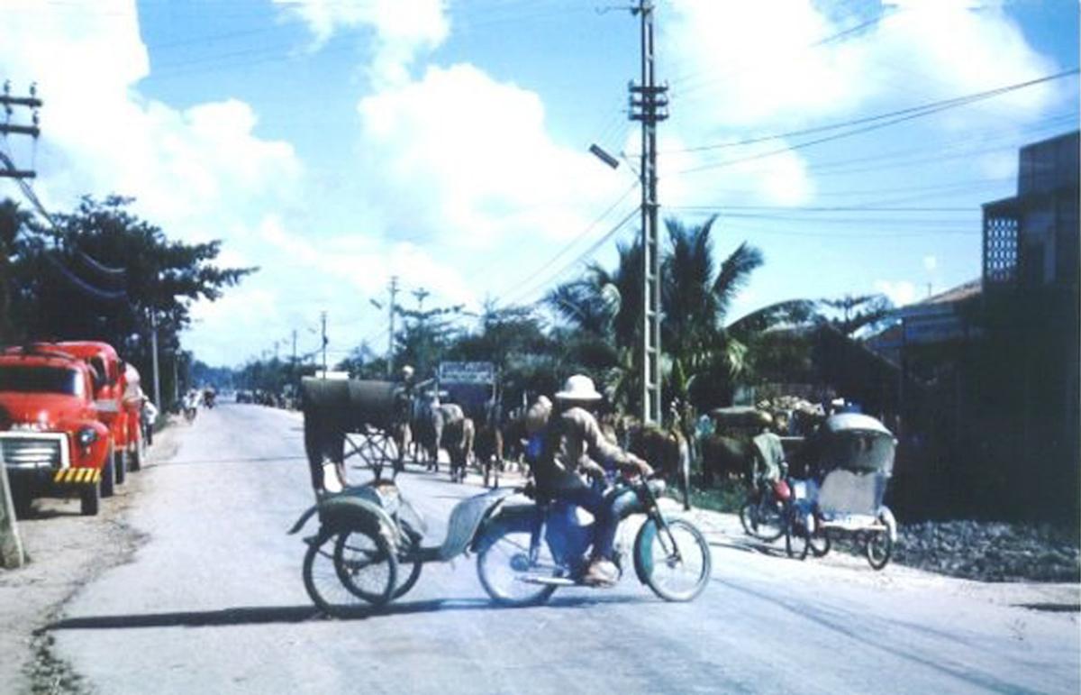 Xe lôi quay đầu lại trên 1 con đường ở Cần Thơ năm 1965