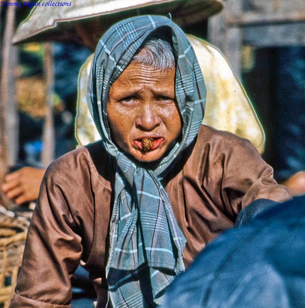 Người phụ nữ ăn trầu ở chợ Mỹ Tho năm 1969   Photo by Lance Cromwell