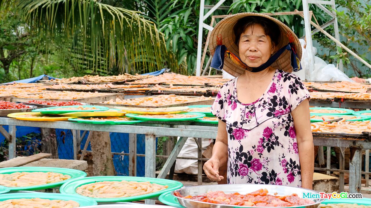 Bà Sáu là chủ nhân của lò bánh mứt miền Tây truyền thống Thanh Tùng