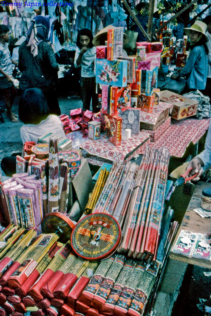 Bán nhang ngày Tết ở chợ Mỹ Tho năm 1969   Photo by Lance Crormwell