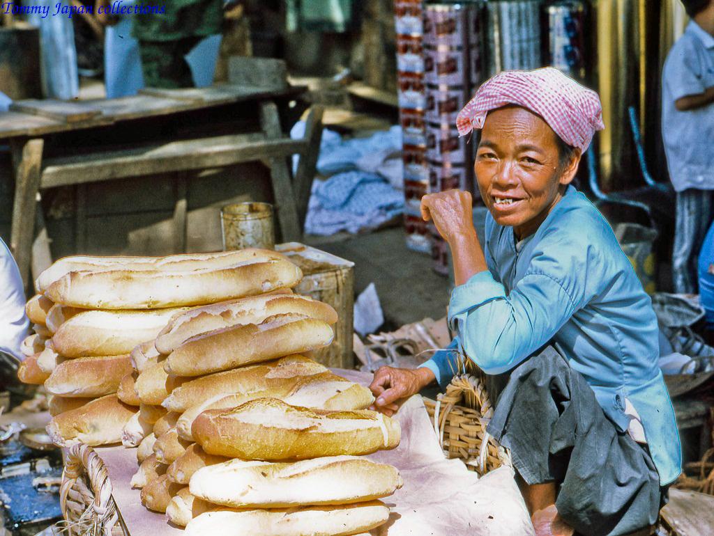 Bánh mì không chính là mặt hàng được bán khá nhiều ở chợ Mỹ Tho năm 1969   Photo by yLance Cromwell