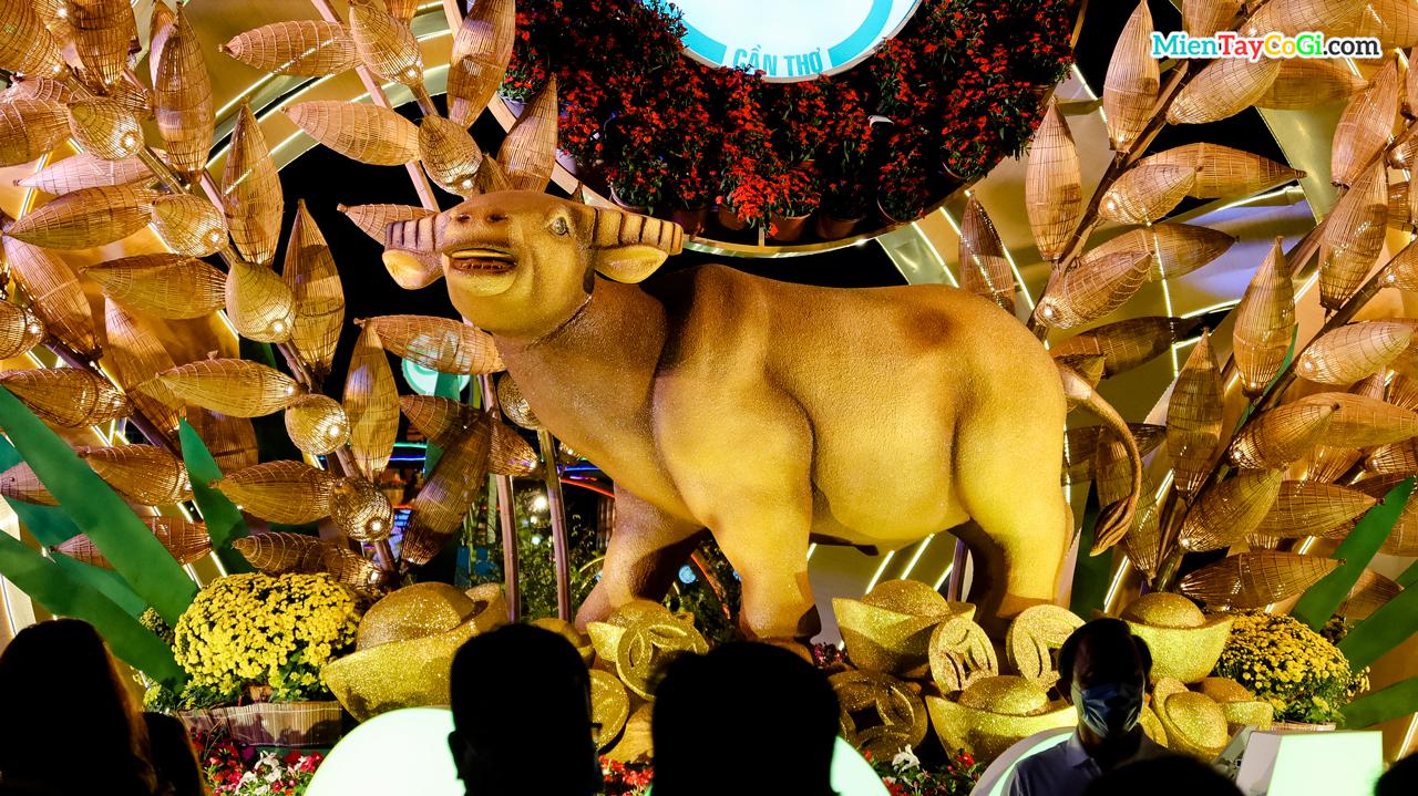 Biểu tượng trâu vàng năm tân sửu của đường hoa Cần Thơ