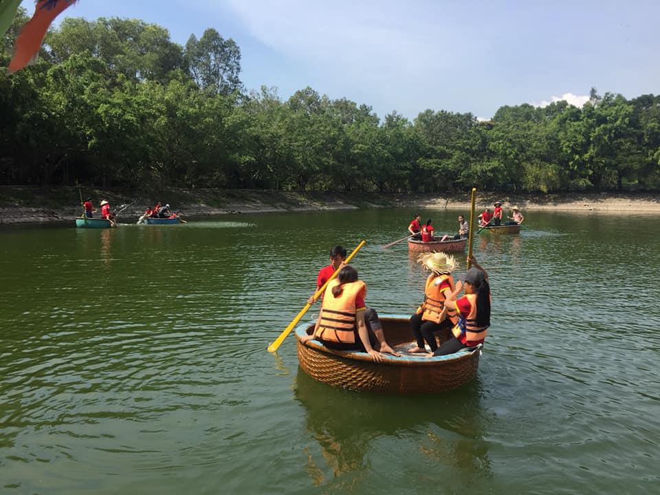 Bơi thuyền thúng ở khu du lịch