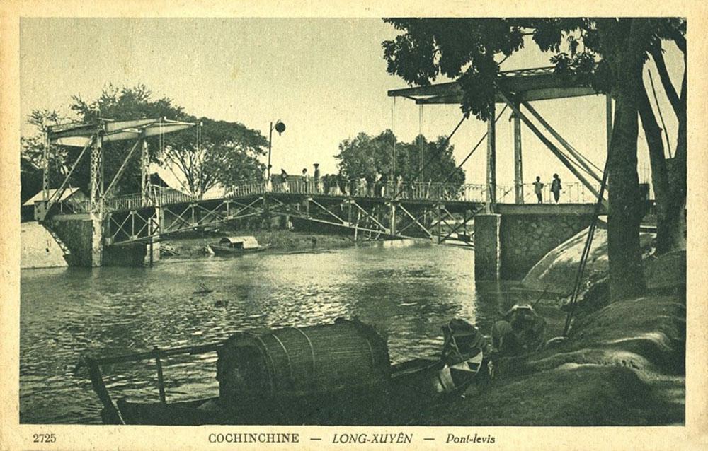 Cầu Levis hay còn với nhiều cái tên như cầu gỗ, cầu máy, cầu quay ở Châu Đốc năm 1899