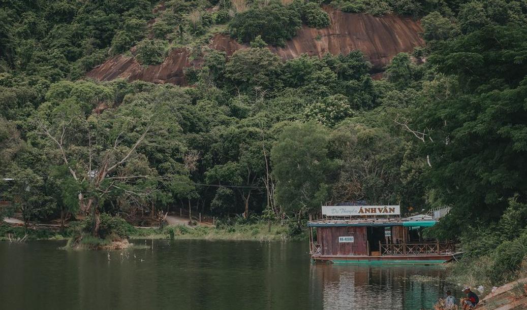 Chiếc du thuyền lạ lẫm giữa hồ Soài So An Giang