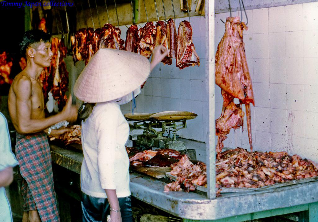 Cửa hàng thịt ở chợ Mỹ Tho năm 1969   Photo by Lance Cromwell
