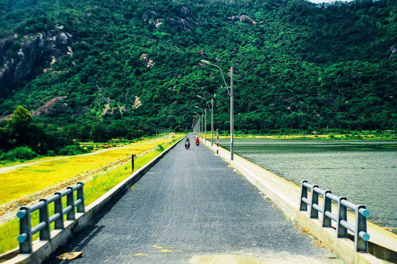 Cung đường đẹp đi đến hồ