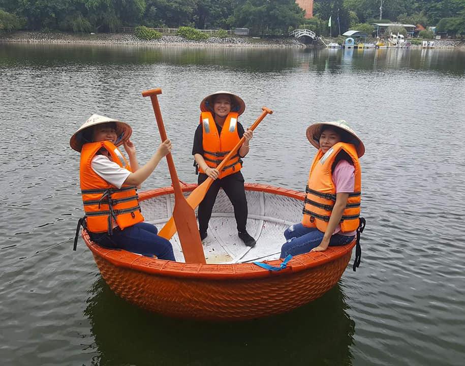Du khách chơi thuyền thúng