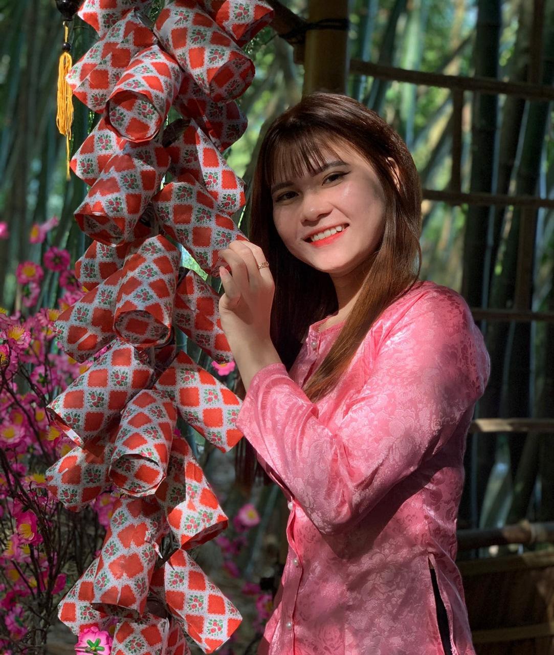 Du khách chụp ảnh bên tiểu cảnh xuân ở Bamboo Garden