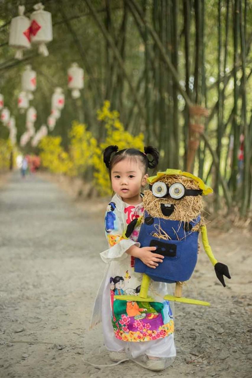 Đứa bé vui chơi cùng mô hình rơm ở Bamboo Garden