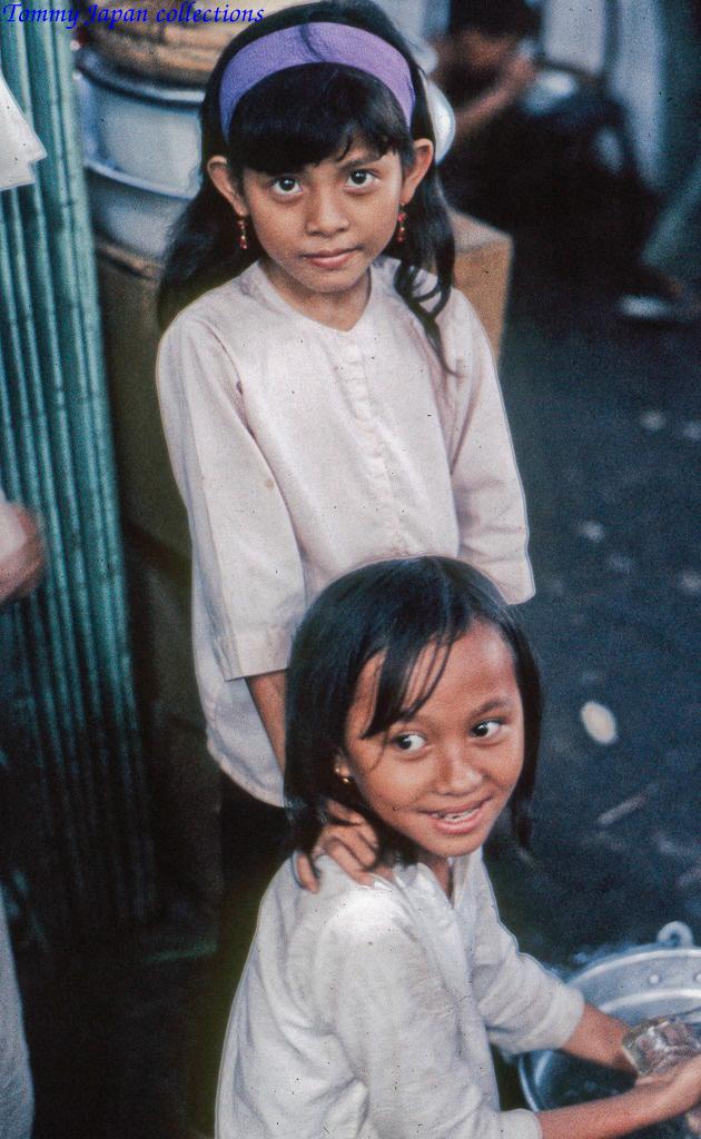 Hai bé gái chợ Mỹ Tho năm 1969   Photo by Lance Cromwell