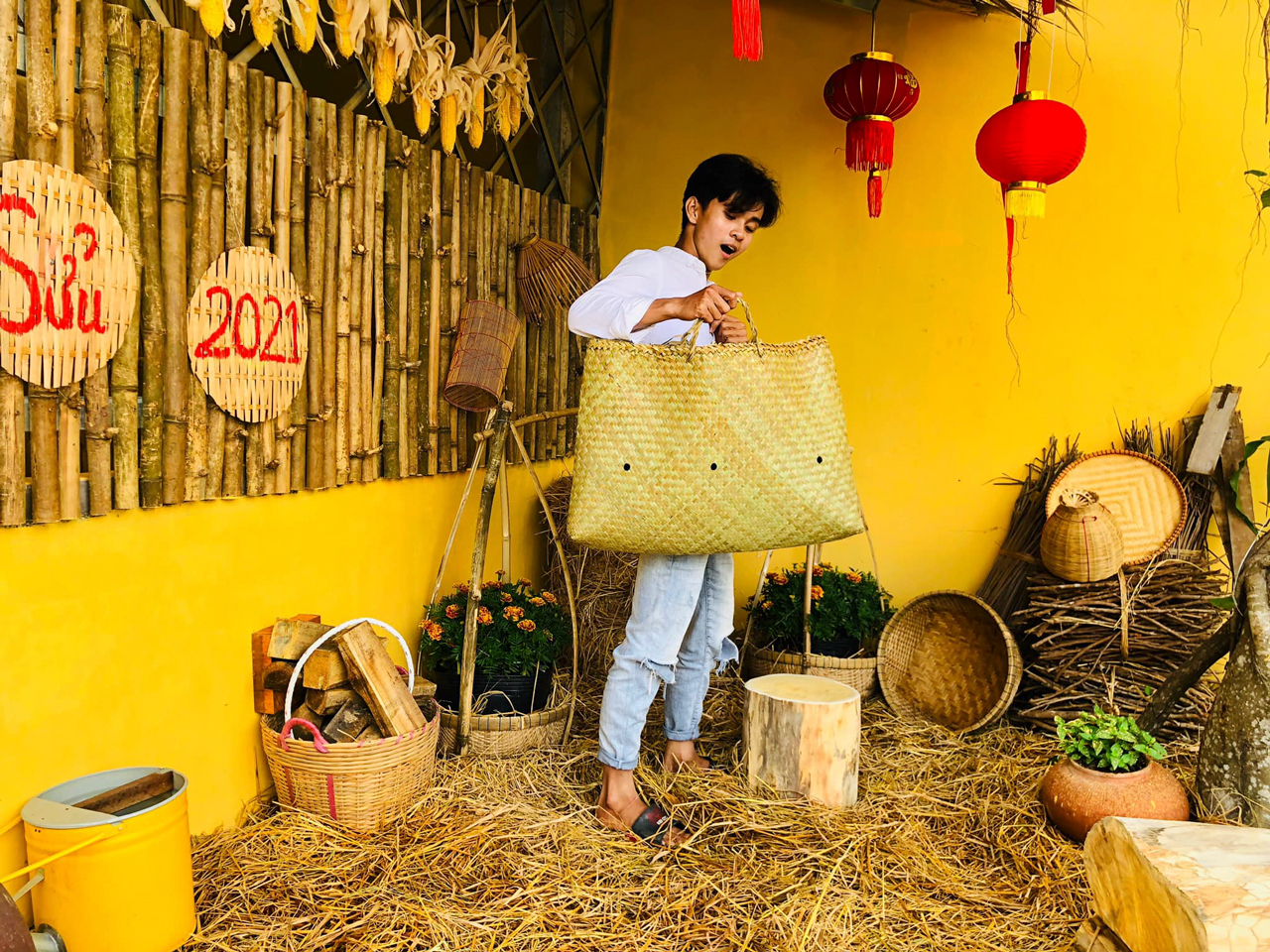 Khách check in tiểu cảnh Tết Tân Sửu ở vườn hoa