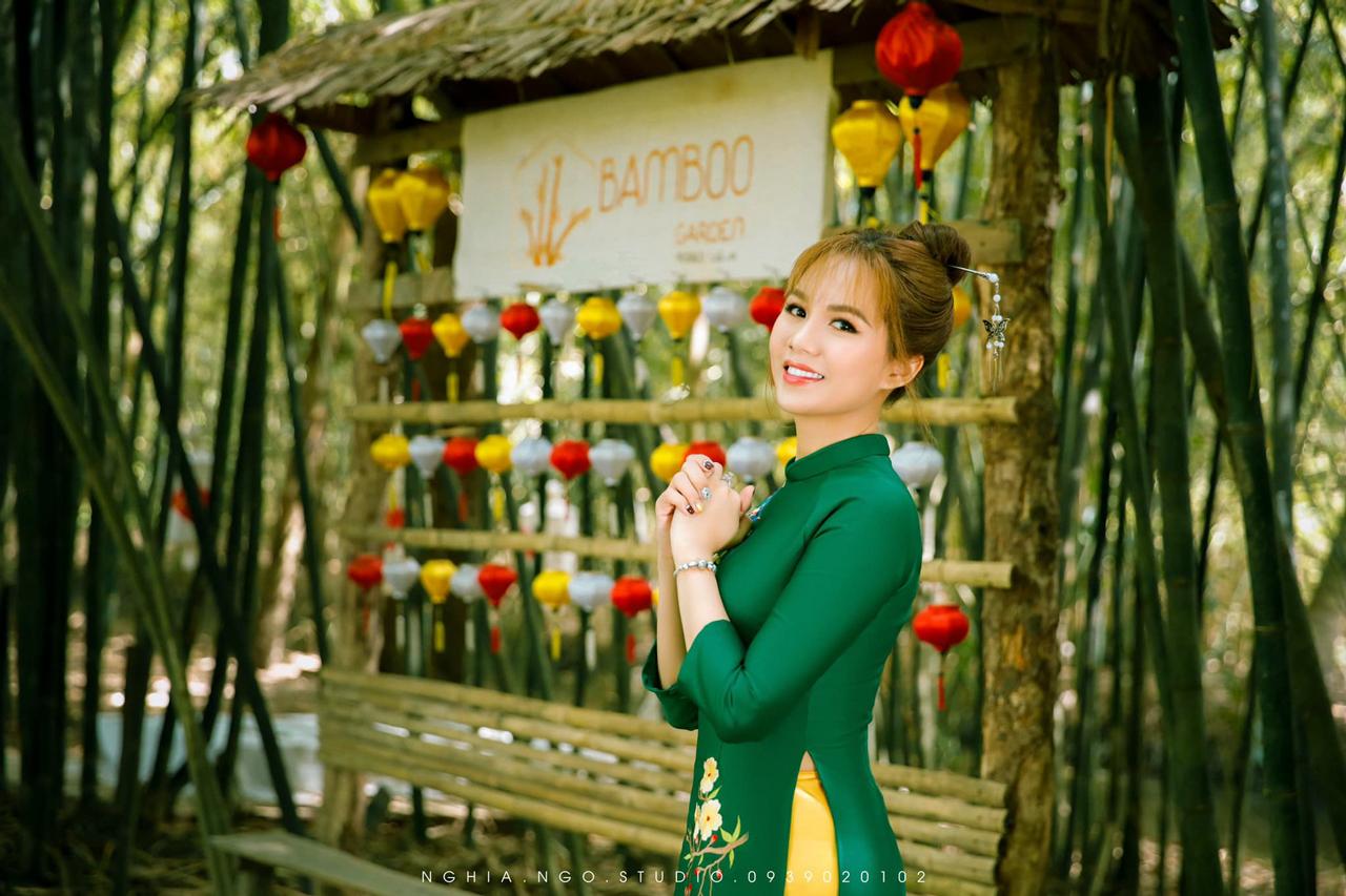 Khách chụp ảnh áo dài truyền t hống ở Bamboo Garden