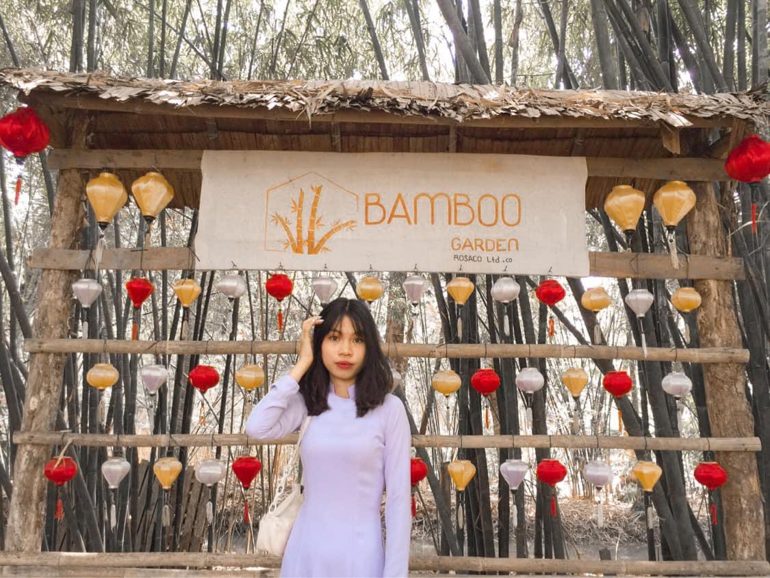 Khách tham quan check in ở Bamboo Garden Hậu Giang