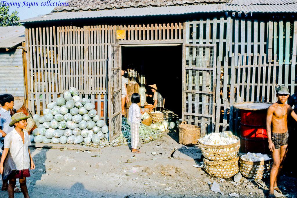 Kho bán rau củ quả ở chợ Mỹ Tho năm 1969   Photo by Lance Cromwell