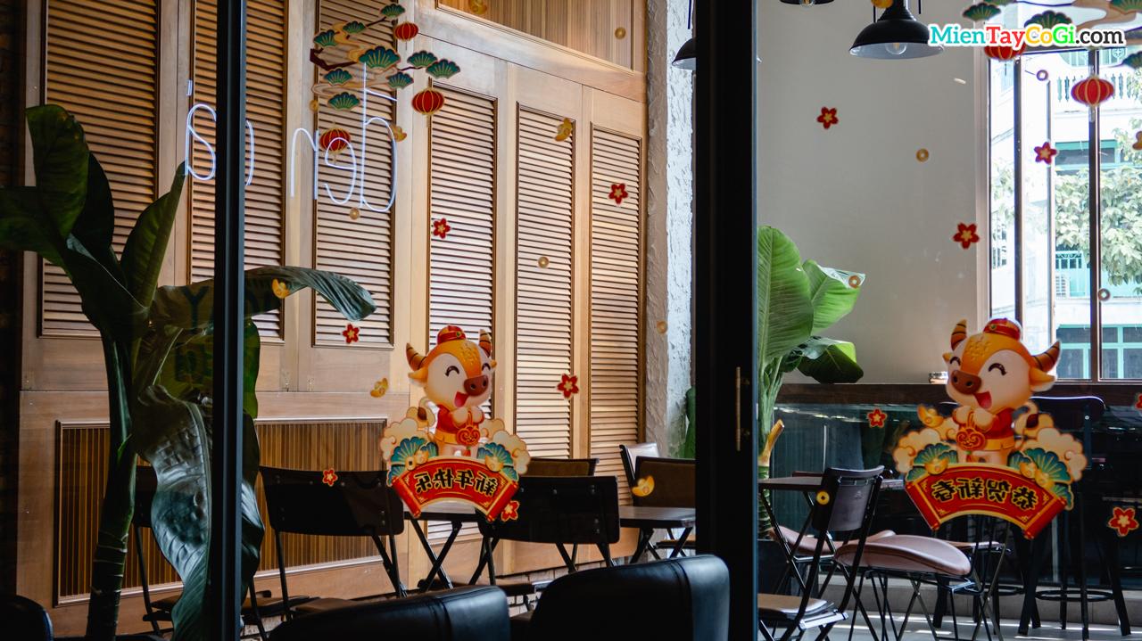Không gian ấm cúng ấn tượng ở sân thượng Đen Đá coffee Cần Thơ