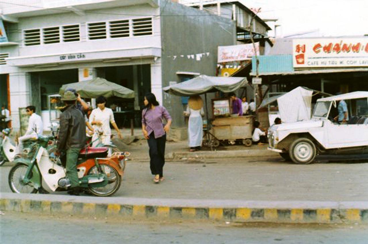 Khu nhà ven đường lộ Cần Thơ năm 1972 - 1973 | Photo by Rick Stayner
