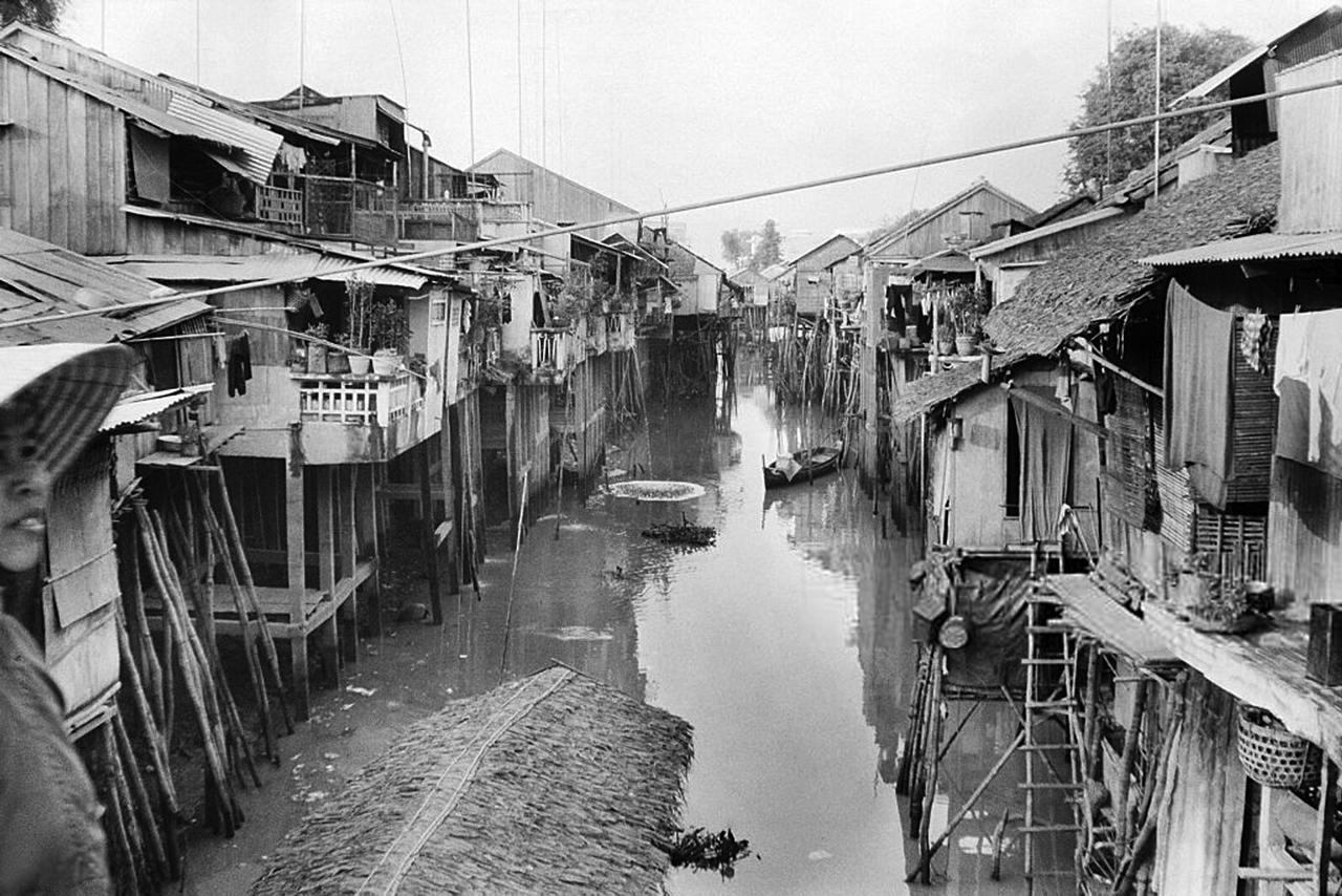 Khung cảnh một ngôi làng xưa ở vùng gần biên giới Campuchia thập niên 1920s