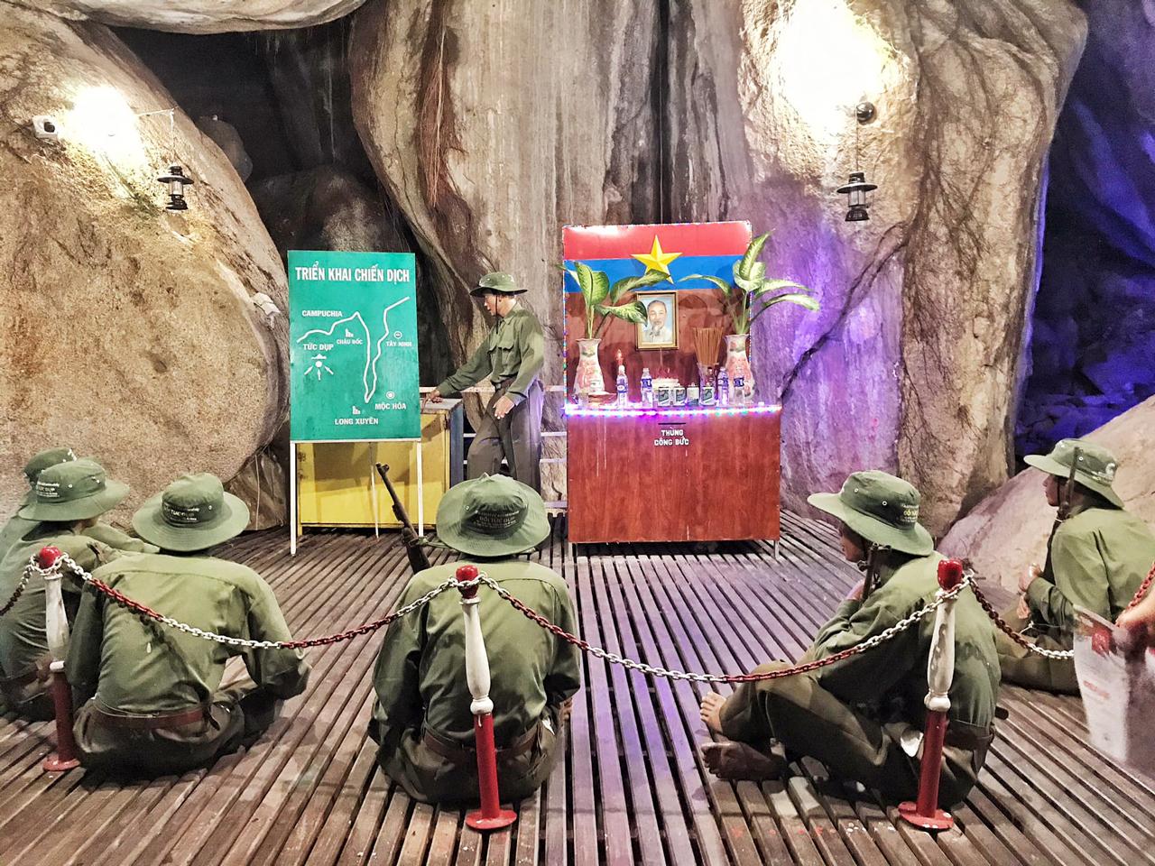 Mô phỏng quân sự sa bàn ở trong hang động đồi Tức Dụp