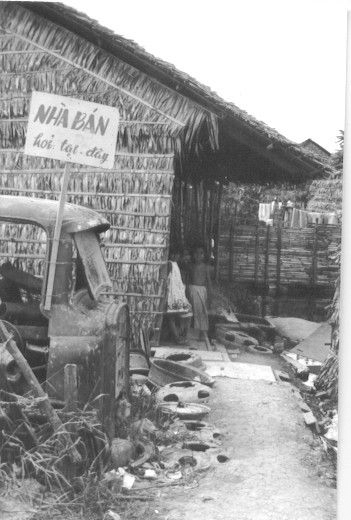 Một ngôi nhà lá treo biển bán nhà ở Cần Thơ năm 1965