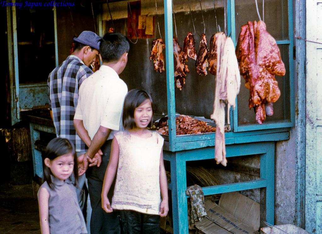 Một sạp thịt ở chợ Mỹ Tho năm 1969   Photo by Lance Cromwell