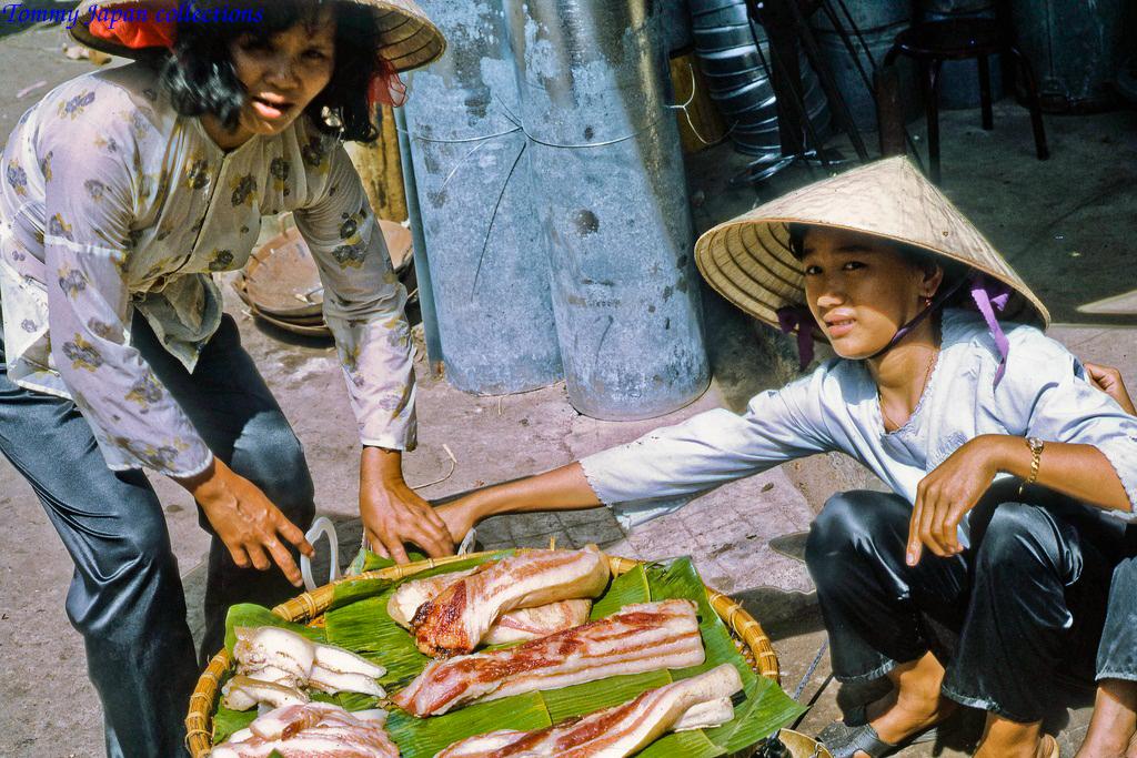 Người bán thịt heo ở chợ Mỹ Tho năm 1969   Photo by Lance Cromwell