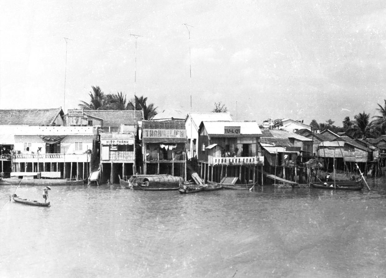 Những ngôi nhà ven sông ở Châu Đốc năm 1969