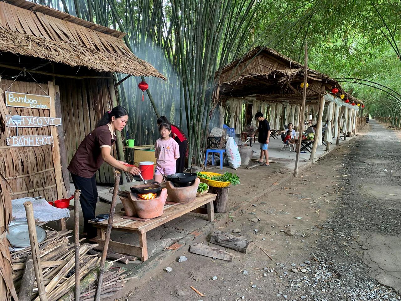 Nơi đổ bánh ngay tại ven con đường làng