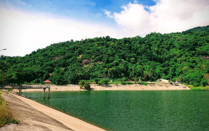 Non nước hữu tình ở hồ