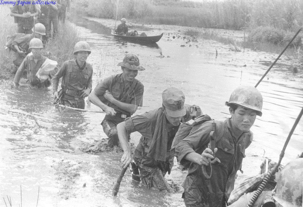 Quân đội VNCH đi qua một con kênh cạn nước năm 1970 -1971