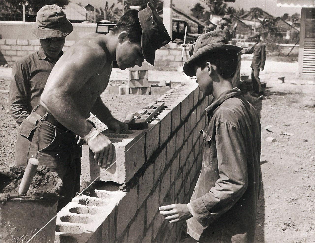 Quân đội Mỹ và người dân xây dựng căn cứ quân đội ở Châu Đốc xưa