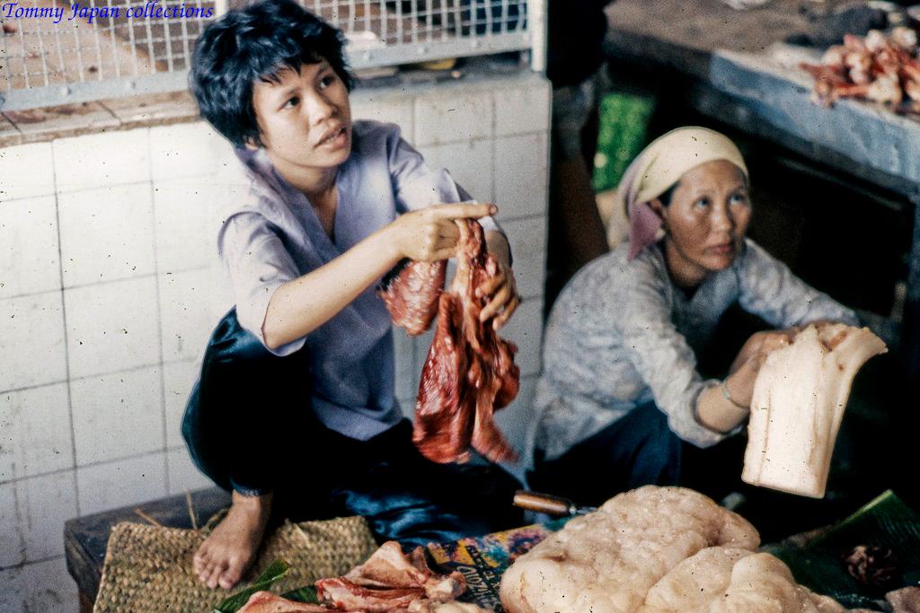 Quầy thịt và mỡ heo ở chợ Mỹ Tho năm 1969   Photo by Lance Cromwell