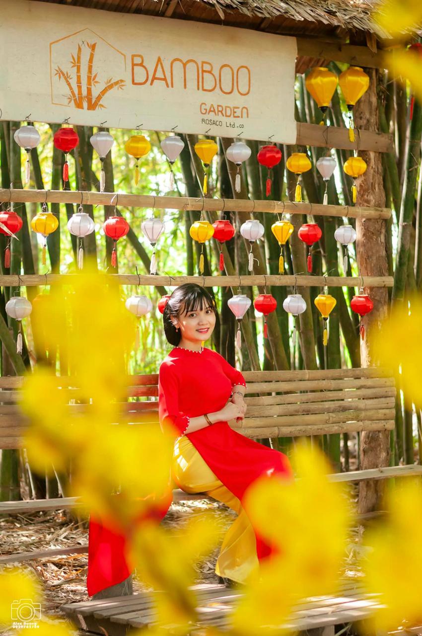 Sắc màu tươi sáng với hình ảnh áo dài truyền thống