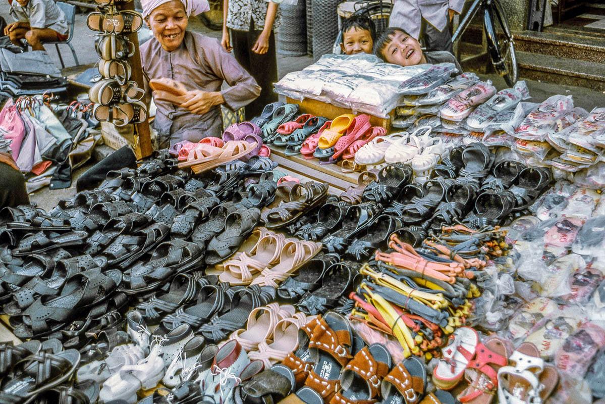 Sạp bán dép tại chợ Mỹ Tho năm 1969