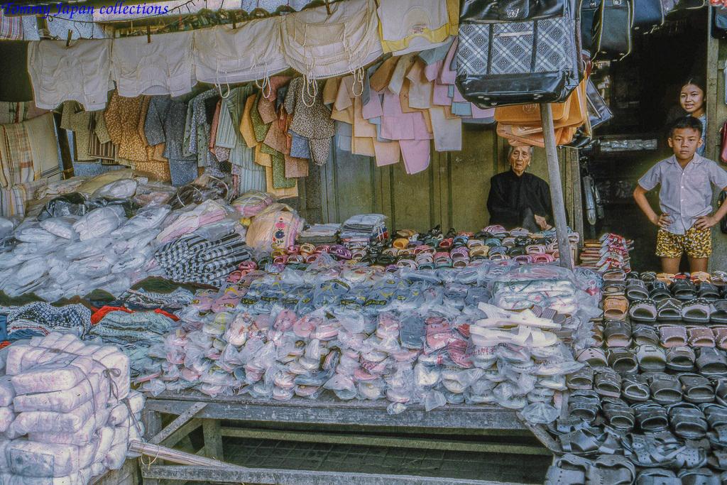 Sạp hàng trang phục chợ Mỹ Tho năm 1969   Photo by Lance Cromwell
