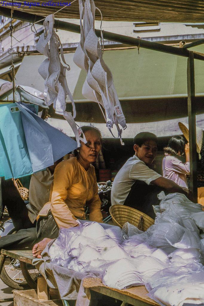 Sạp hàng xu chiên chợ Mỹ Tho năm 1969   Photo by Lance Cromwell
