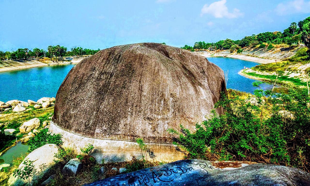 Tảng đá lớn hình bánh bao ở hồ Soài So Tri Tôn
