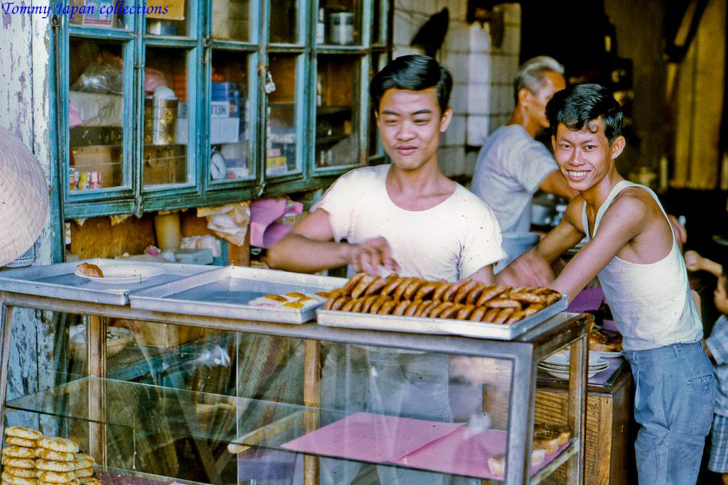 Một tiệm bánh nhỏ ở chợ Mỹ Tho năm 1969   Photo by Lance Cromwell