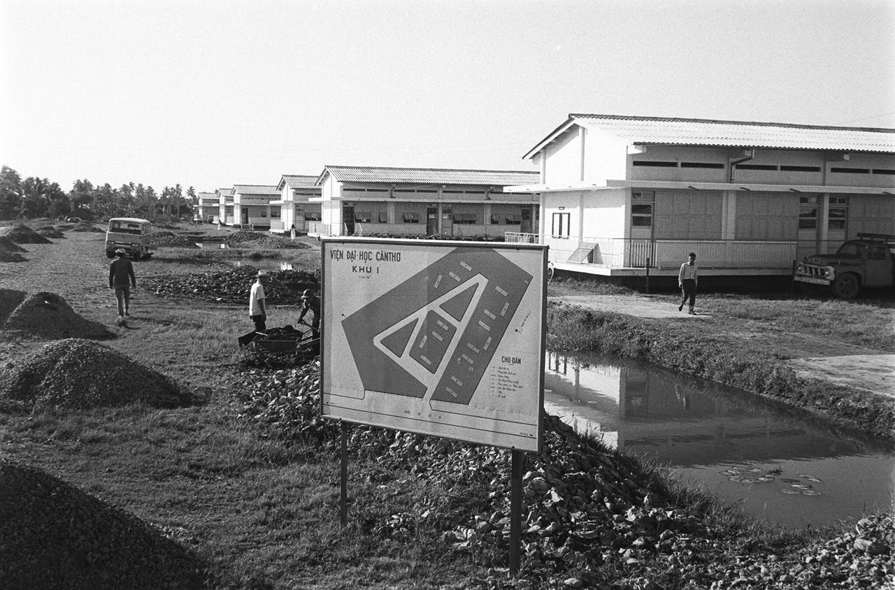 Viện đại học Cần Thơ đang xây dựng các công trình phụ khác năm 1968
