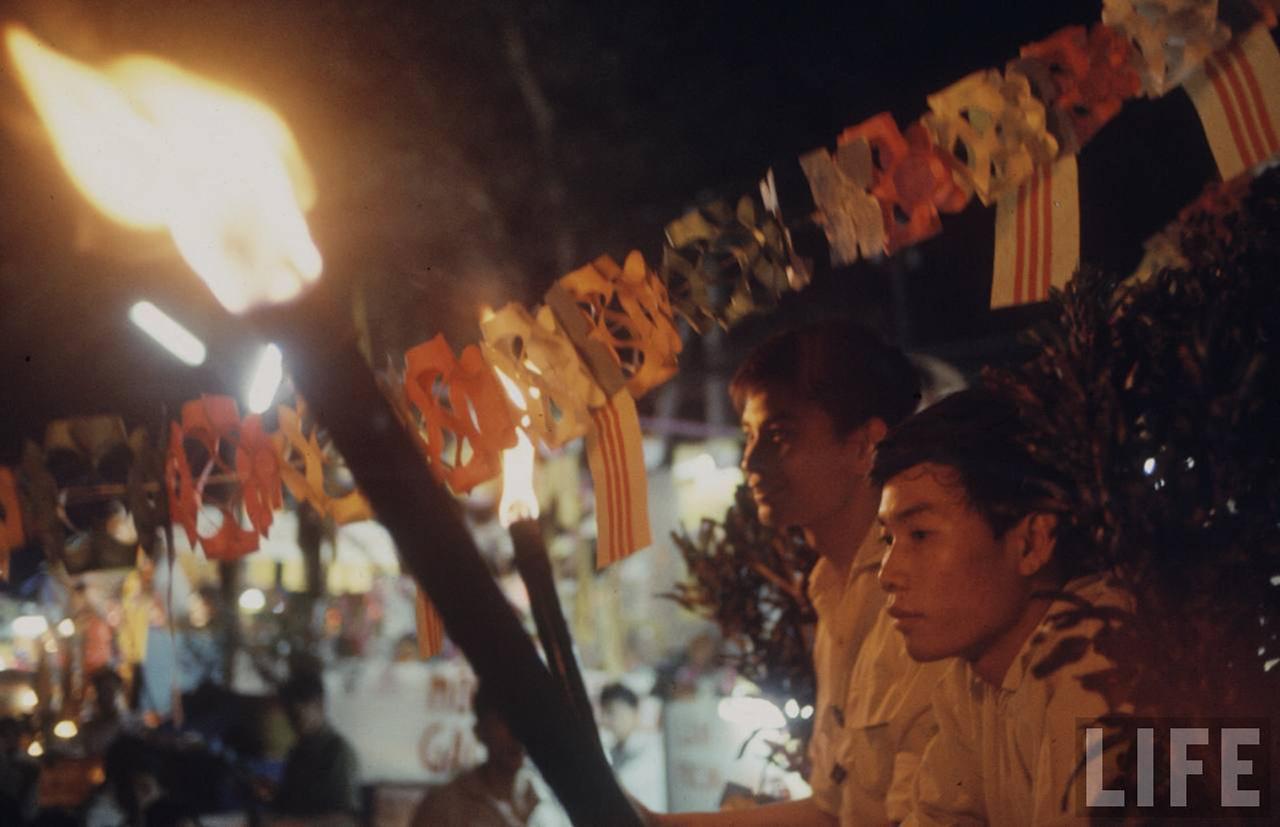 Học sinh cầm đuốc ủng hộ bầu cử quốc hội lập hiến ở Cần Thơ năm 1966