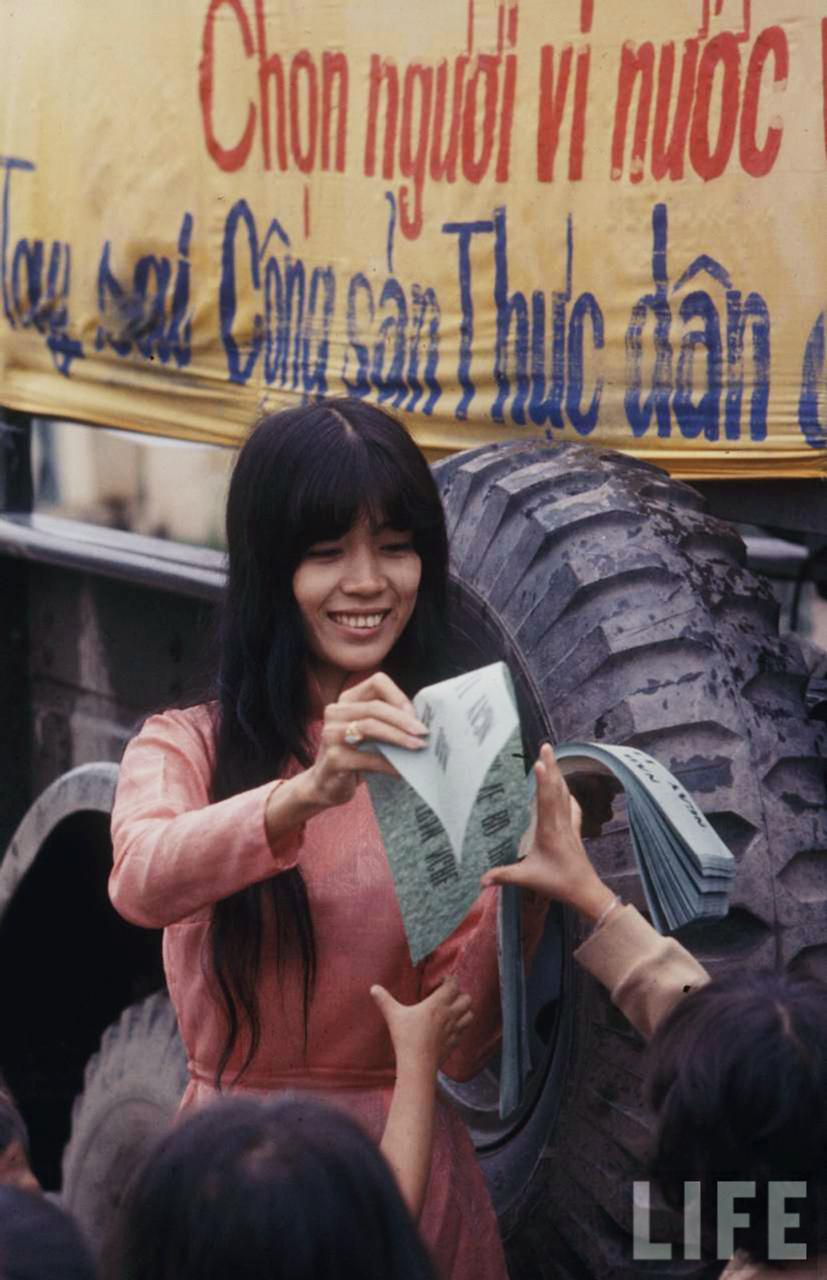 Nhân viên sở thông tin phát phiếu hướng dẫn bầu cử năm 1966 ở Ô Môn Cần Thơ